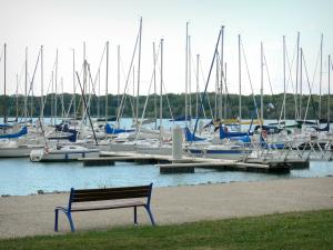 Der-Chantecoq lake - Bench with a view of the sailboats and the marina of Nemours