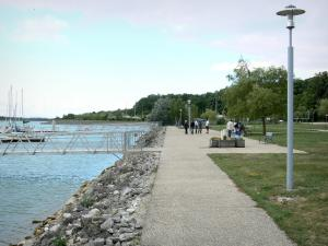 Der-Chantecoq lake - Walk along the port of Nemours