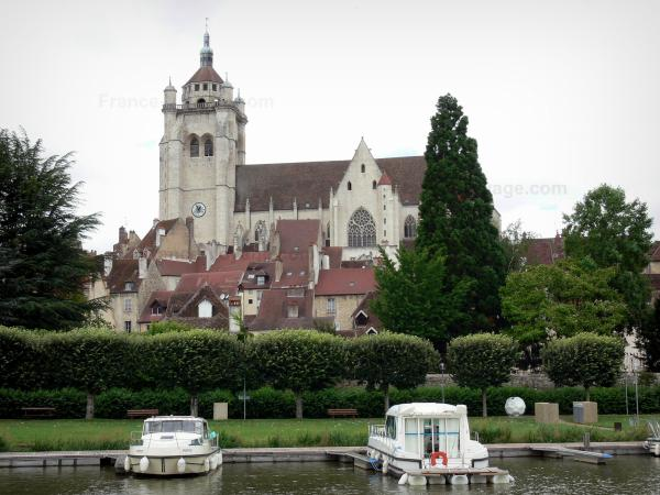 Dole - Notre-Dame collegiate church, houses of the old town, trees, the Rhone to Rhine canal and moored boats (river port)