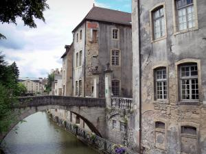 Dole - Small bridge spanning the Tanneurs canal and houses of the old town along the water