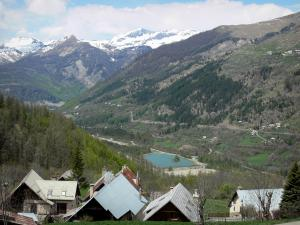 Drac Noir valley - Chalets with view of the Drac Noir valley and the surrounding mountains; in Champsaur, in the Écrins National Nature Park