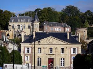 Dreux - The palais de justice (law courts), and at the top, the estate of the royal chapel with its buildings