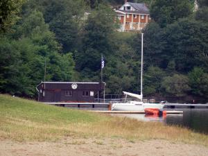 Éguzon lake - Chambon lake: sailing club, boat, stretch of water and trees along the water