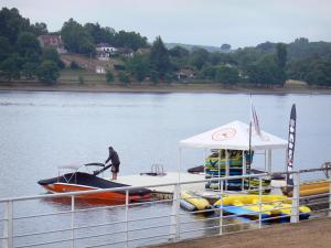 Éguzon lake - Chambon lake: sailing club, stretch of water and bank planted with trees