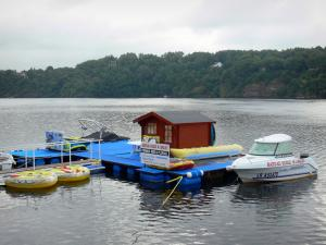 Éguzon lake - Chambon lake: school boat, stretch of water and wooded bank
