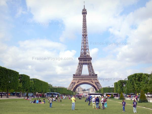 Eiffel tower - View of the Eiffel tower from the Champ-de-Mars park