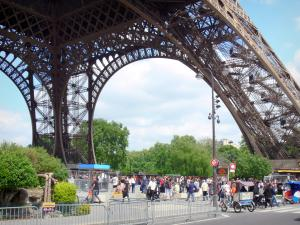 Eiffel tower - Visitors at the foot of the Eiffel tower
