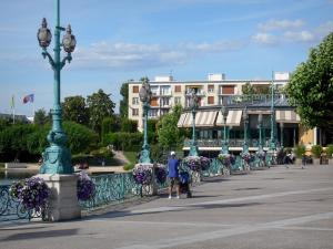 Enghien-les-Bains - Spa town: jetty of the Enghien lake (jetty-walk, Patenôtre-Desnoyers esplanade), with its wrought iron railing and its art nouveau lampposts; old bandstand (rotunda home to a brasserie restaurant) in the background