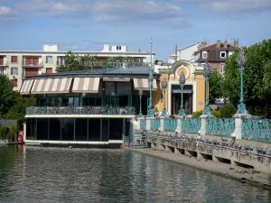Enghien-les-Bains - Spa town: old bandstand (rotunda home to a brasserie restaurant), railing and art nouveau lampposts of the jetty of the Enghien lake