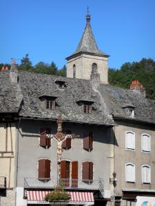 Entraygues-sur-Truyère - Bell tower of the Saint-Georges church, calvary and facades of houses in the town