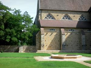 L'Épau abbey - Old Cistercian abbey of La Piété-Dieu, in Yvré-l'Évêque: abbey church and cloister garden