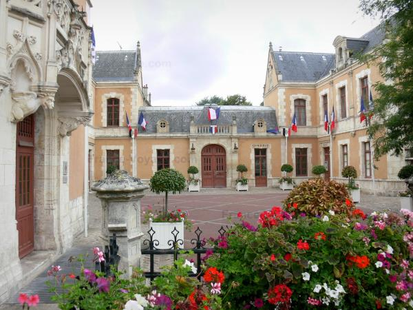 Étampes - Town Hall and municipal museum; flowers in the foreground