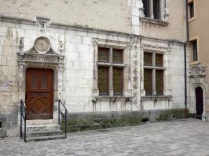 Étampes - Door and mullioned windows of the Anne de Pisseleu mansion