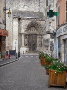 Étampes - Flower-bedecked paved street overlooking the royal portal (side portal) of the Notre-Dame-du-Fort collegiate church