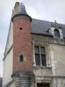 Étampes - Corbelled turret and mullioned window of the Anne de Pisseleu mansion