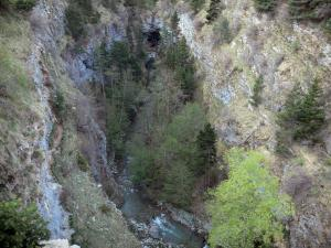 Étroits gorge - Gorges: Souloise river lined with trees and rock faces; in Dévoluy