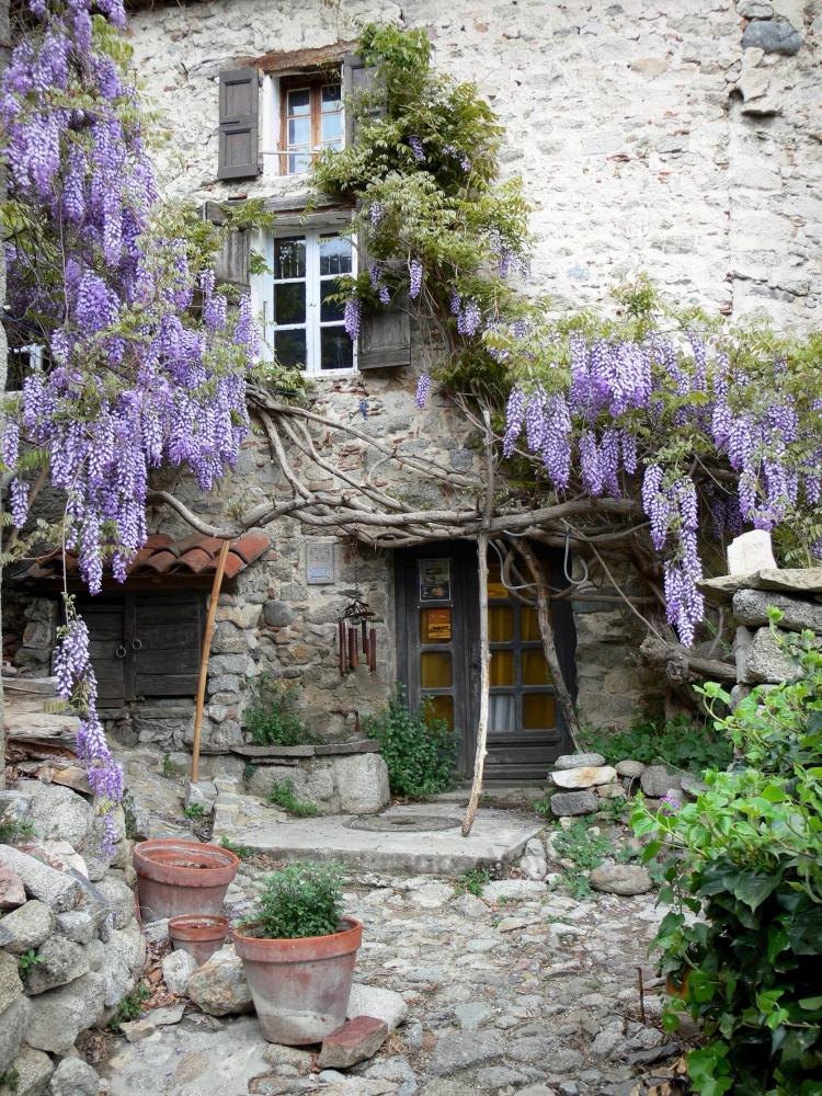 Trendy eus facciata di una casa in pietra decorata con for Piani di una casa di pensionamento storia