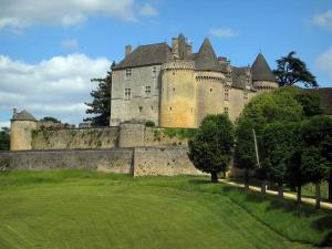 Fénelon castle - Fortress, surrounding walls, trees and lawn, in Black Périgord