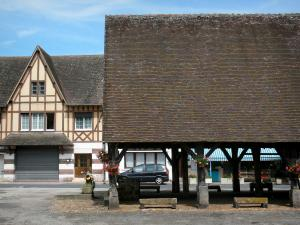 La Ferrière-sur-Risle - Old flower-bedecked covered market hall and half-timbered house