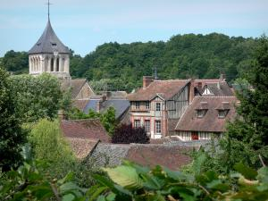 La Ferrière-sur-Risle - Bell tower of the Saint-Georges church and roofs of the village surrounded by greenery