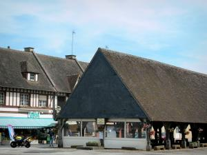 La Ferrière-sur-Risle - Old covered market hall with flowers, shops and half-timbered house