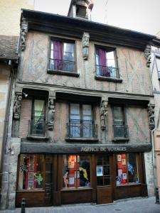 La Ferté-Bernard - Facade of an old half-timbered house with sculptures