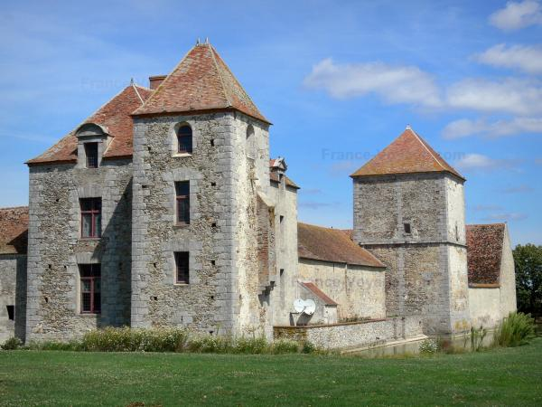 Fief des Epoisses stronghold - Old medieval fortified farm, pigeon tower, moats and lawn; in the town of Bombon