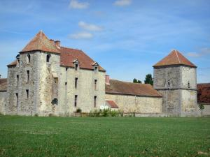 Fief des Epoisses stronghold - Old medieval fortified farm, pigeon towerand lawn; in the town of Bombon