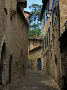 Figeac - Narrow street lined with stone houses, in the Quercy