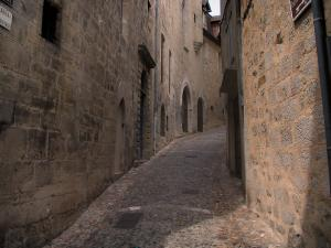 Figeac - Sloping narrow street lined with stone houses, in the Quercy