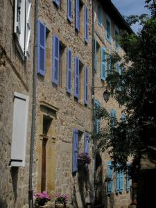 Figeac - Stone houses with colourful shutters, in the Quercy
