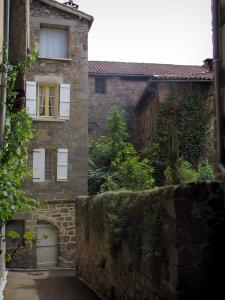 Figeac - Narrow street and houses of the old town, in the Quercy