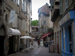 Figeac - Narrow street, houses and shops of the old town, in the Quercy