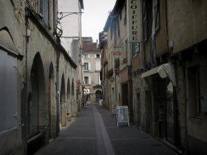 Figeac - Narrow street of the old town lined with houses, in the Quercy