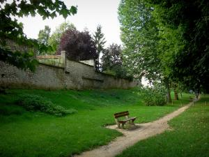 Fismes - Walk (path) decorated with a bench, lawns and trees