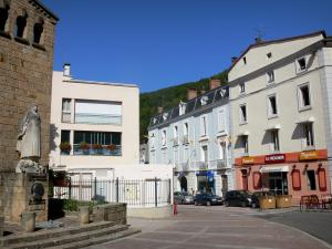Foix - Monument to the French Resistance and facades of the old town