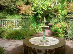 Folio House   Tropical Garden And Trois Grâces Fountain