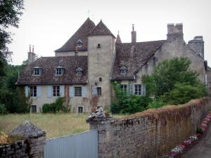 Fondremand - Residence with its garden and its enclosing stone wall, keep (castle) in background