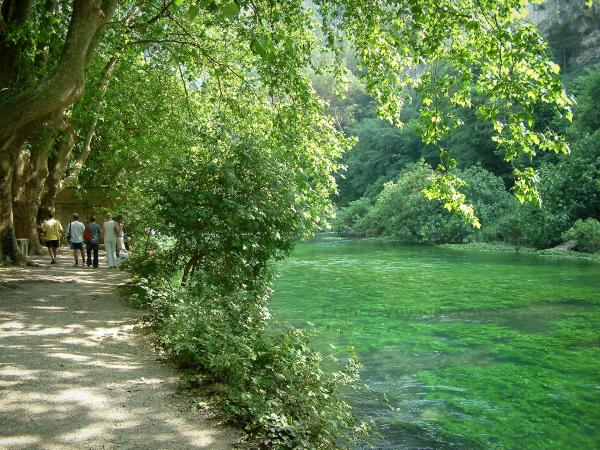 Fontaine-de-Vaucluse - The River Sorgue, the trees and the shaded path (bank)
