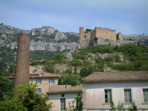 Fontaine-de-Vaucluse - Houses, hilltop castle and rock faces in background