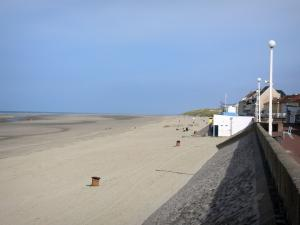 Fort-Mahon-Plage - Sandy beach, dike-walk lined with lampposts, houses