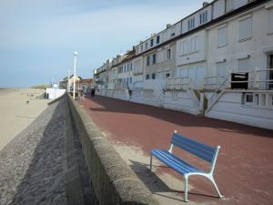 Fort-Mahon-Plage - Dike-walk with a bench, houses and a sandy beach