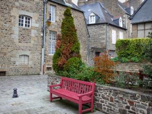 Fougères - Bench, shrubs and stone houses of the city