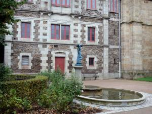 Fougères - Public garden with a lake, a statue and a building