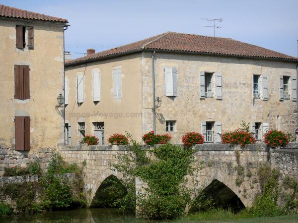 Fourcès - Medieval bridge spanning the Auzoue river flowers and houses of the bastide fortified town