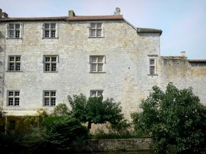 Fourcès - Facade of the castle pierced with mullioned windows overlooking the Auzoue river