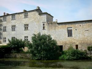 Fourcès - Facade of the castle overlooking the Auzoue river