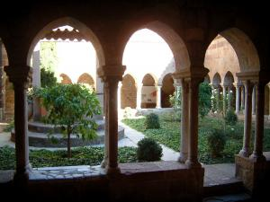 Fréjus - Galleries and garden of the cloister (Episcopal set)