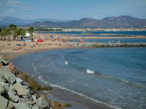 Fréjus - Fréjus-Plage: cliffs, the Mediterranean Sea, sandy beaches, palm trees, the Fréjus bay, and hills in background