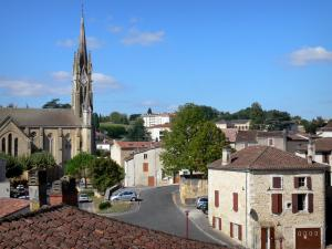 Fumel - Saint-Antoine church and houses of the town